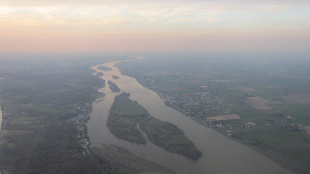 In het avondrood over Franse rivieren (Loire wellicht?)