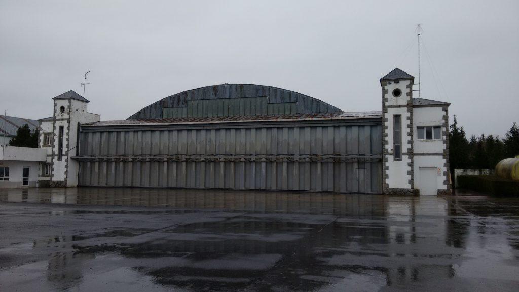 De uit WW-II stammende Duitse hangaar op vliegveld Rozas